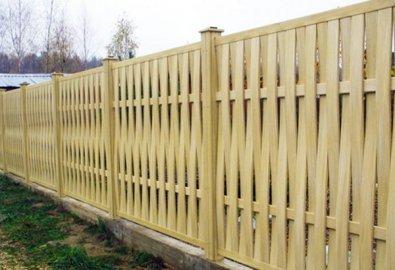 Забор из дерева светлый